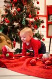 Baby in de tijd van Kerstmis stock foto
