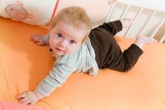 Baby in de voederbak Stock Foto