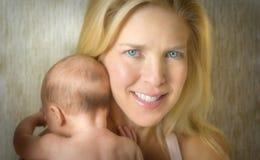Baby in de wapens van de moeder royalty-vrije stock afbeeldingen