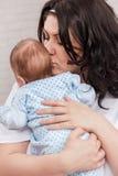 Baby in den Armen der Mutter Lizenzfreies Stockfoto