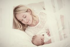 Baby in den Armen der Mutter säugt Mutter mit Schätzchen führen Lizenzfreie Stockbilder