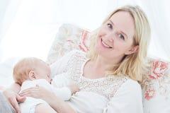 Baby in den Armen der Mutter säugt Mutter mit Schätzchen führen Stockbilder
