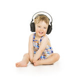 Baby in den Kopfhörern hörend Musik, kleines Kind vorbei lokalisiert Lizenzfreie Stockfotos