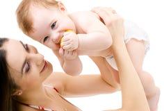Baby in den Mutterhänden Stockbilder