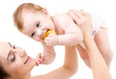 Baby in den Mutterhänden Lizenzfreie Stockfotos