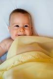 Baby in der gelben Decke Stockbilder