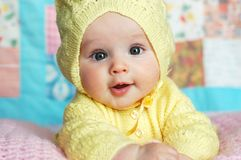 Baby in der mit Kapuze Strickjacke Stockfotos
