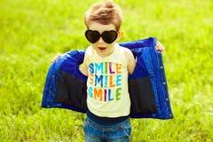 Baby in der modischen Sonnenbrille Stockfotografie