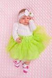 Baby in der netten Ausstattung Stockfotografie