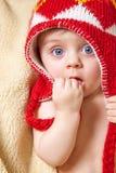 Baby in der roten Mütze stockfoto