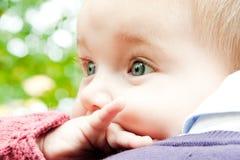 Baby die aard over vaderschouder ontdekken Stock Fotografie