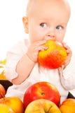 Baby die appel eet stock foto's
