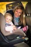 Baby die in autozetel wordt vastgemaakt Royalty-vrije Stock Foto's