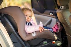 Baby die in autozetel wordt vastgemaakt Royalty-vrije Stock Foto