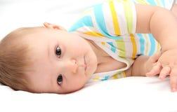 Baby die in bed liggen stock foto's