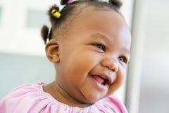 Baby die binnen lacht royalty-vrije stock foto