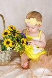 Baby die bloemen bekijkt Stock Afbeeldingen