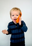 Baby die in cellphone lacht Stock Afbeelding