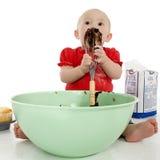 Baby die de Mixer van de Cake likt stock afbeeldingen
