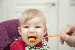 Baby die diner hebben stock foto