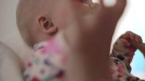 Baby die door haar moeder worden gehouden en wordt gekust stock footage