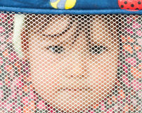 Baby die door het Netwerk van de Pen van het Spel kijkt Royalty-vrije Stock Foto