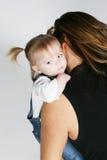 Baby die door moeder wordt gekoesterd Stock Foto