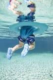 Baby die in duidelijke wateren drijven Stock Afbeeldingen