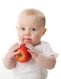 Baby die een appel houdt Stock Foto's