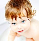 Baby die een bad neemt royalty-vrije stock foto's