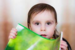 Baby die een leeg document houden. Stock Fotografie