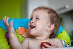Baby die een perzik eet Royalty-vrije Stock Afbeeldingen
