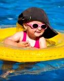 Baby die in een pool zwemmen stock foto's