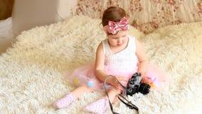 Baby die een retro camera in handen houden stock footage