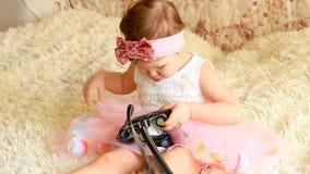 Baby die een retro camera in handen houden stock video