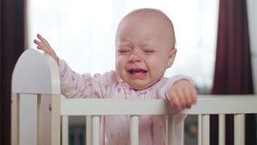 Baby die in een Voederbak zich thuis bevinden crying stock foto