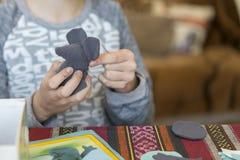 Baby die een zacht stuk speelgoed met katoen vullen ig Haak stuk speelgoed voor kind Voor lijstdraden, naalden, haak, katoenen ga royalty-vrije stock foto's