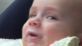 Baby die en 01 eten glimlachen stock videobeelden