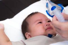 Baby die en tegen medicijn verzetten schreeuwen zich stock afbeeldingen