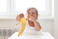 Baby die fruit eten royalty-vrije stock afbeelding