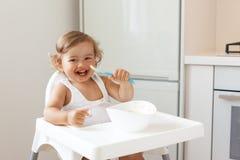 Baby die fruit eten royalty-vrije stock foto's