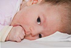Baby die haar duim zuigt Royalty-vrije Stock Fotografie