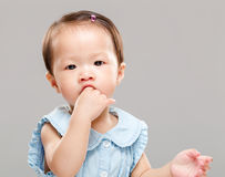 Baby die haar duim zuigt Royalty-vrije Stock Foto's