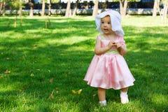 Baby die in het park loopt. Royalty-vrije Stock Foto