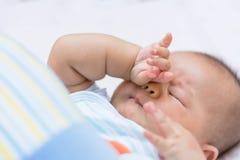 Baby die het wrijven de ogen van ` s, royalty-vrije stock foto