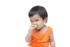 Baby die of kleine dingen slikken eten Stock Foto's