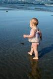 Baby die leert te lopen stock afbeelding