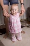 Baby die leert te lopen stock foto