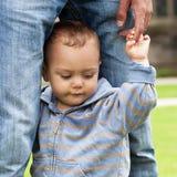 Baby die leert te lopen Stock Afbeeldingen