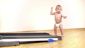 Baby die leren thuis te lopen stock video